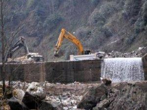 300 Bin Kişinin İçme Suyu Kaynağı Olan Dereye İş Makineleri ve Kamyonlar Girdi