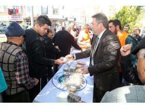 Talas'ta cuma namazı sonrası vatandaşlara aşure ikramı