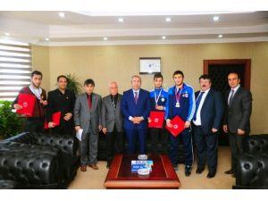 Rektör Battal'dan Başarılı Sporculara Altın