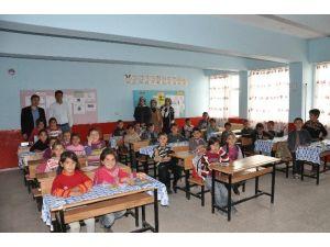 Mgc Ve Üniaklı Gençlerden Köy Okuluna Kitap Desteği