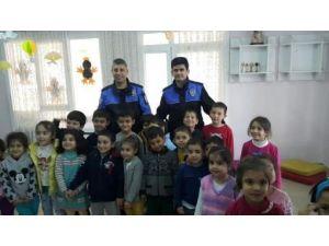 """Polis'ten Öğrencilere """"Güvenli Nesil, Güvenli Gelecek"""" Semineri"""