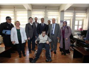 Başkan Yaşar, otizmli Veysi'ye akülü sandalye hediye etti