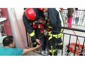 Bacağı Demir Korkuluklara Sıkışan Çocuğu İtfaiye Kurtardı