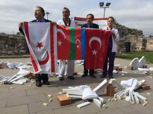 Teröre karşı mesaj için 200 mermer kırdı