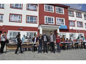 Öğrenciler, öğretmenleriyle bahçedeki kahvaltıda bir araya geldi