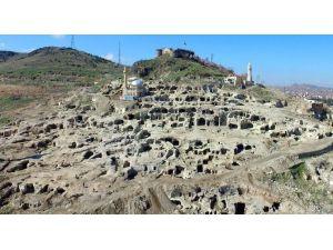 Nevşehir Kalesi'nden Tarih Fışkırıyor
