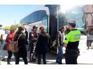 Düzce Polisi Şehirlerarası Otobüslerde Kontrol Yaptı