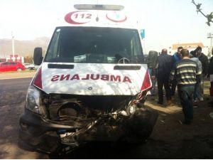 Menemen'de Ambulans İle Otomobil Çarpıştı: 2 Yaralı
