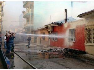 Ahşap Binada Çıkan Yangında İtfaiye Eri Yaralandı