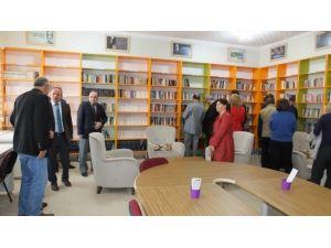 Burhaniye'de Okula Hayırsever Kütüphanesi