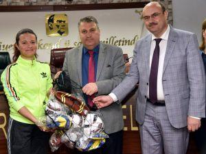 Yunusemre Belediyesi'nden 76 okula spor malzemesi yardımı