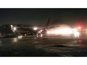 Endonezya'da iki uçak çarpıştı, çıkan yangın korkuttu