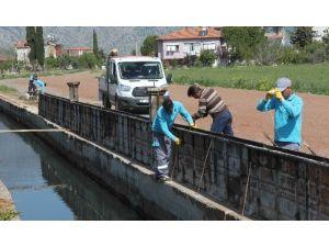 Döşemealtı'nda Su Kanalına Koruma Duvarı