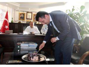 Başkan Özaltun'dan Avukatlar Gününe Pastalı Kutlama