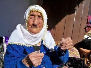110 Yaşındaki Fadıma Nine, İğneye İplik Takıyor