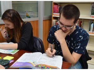 Şampiyon, YGS'ye Beylikdüzü Belediyesi Kütüphanesi'nde Hazırlandı