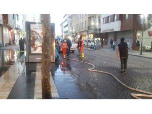Sur'un Ana Caddeleri Deterjanlarla Yıkandı