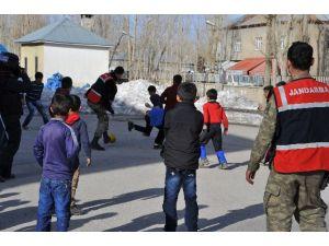 Yüksekova'da Çocukların Asker Abileri İle Futbol Çoşkusu