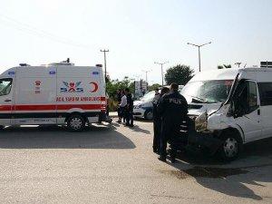 Çevik kuvvet minibüsü kamyonla çarpıştı: 7 polis yaralı