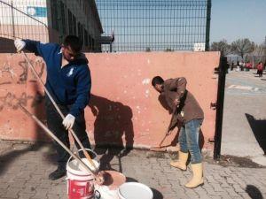 Genç Romanlar Okullarına Sahip Çıktı
