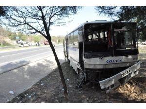 Uşak'ta Servis Otobüsü Kazası; 3 Yaralı