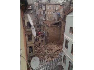 Beyoğlu'nda boş bina çöktü