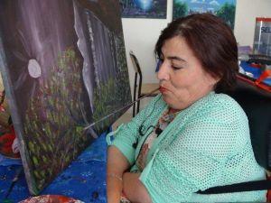 Ellerini Kullanamayan 51 Yaşındaki Ressam, Resimlerini Ağzıyla Yapıyor
