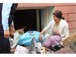 Genç Kadın Evde Biriktirdiği Çöplerin Alınmaması İçin Uzun Süre Gözyaşı Döktü
