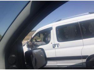 Araç Kullanırken İki Ayağını Birden Camdan Çıkardı
