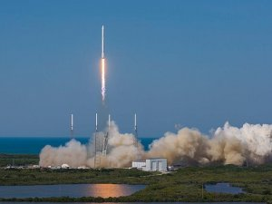 SpaceX'in Falcon 9 roketi okyanustaki platforma indi