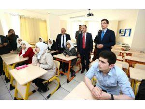 Avustralya Büyükelçisi Larsen, Bağcılar'daki Suriye Okulunu Ziyaret Etti