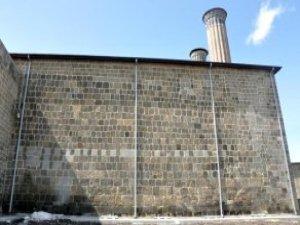 Vakıflar'dan Çifte Minareli Medrese'ye Döşenen Boru İçin 'Hava'lı Savunma