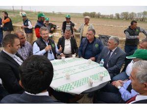 Kayseri Şeker'in Milli Güreşçi Nasuh Akar'ın Yiğitler Köyünde Düzenlediği Pancar Ekim Gününe İlçe Protokolü De Tam Kadro Katıldı