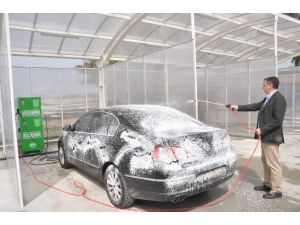 Belediye Başkanı Makam Arabasını Kendi Yıkadı