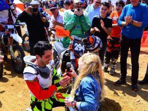 Motokros Şampiyonasında Evlenme Teklifi