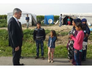 Çocukları Okula Kazandırmak İçin Çadır Çadır Geziyor
