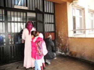 Van'da Okula Gece Vakti Bombalı Saldırı