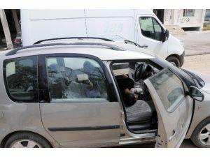 Kapısı Açık Araçta Yatan İki Kişiyi Görenler Polisi Alarma Geçirdi