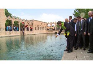Başbakan Davutoğlu, Balıklıgöl'ü ziyaret etti