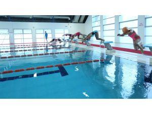 Osmangazi Üniversitesi'nde dönem sonu yüzme şenliği yapıldı