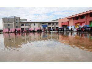 Yağmur Okulun Bahçesini Gölete Çevirdi