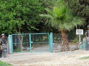 Özgecan'ın katili gömülmesin diye mezarlığı kilitlediler