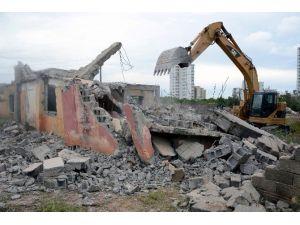 Büyükşehir Belediyesi, Yenişehir'de 7 Metruk Binanın Yıkımını Gerçekleştirdi