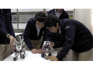 Lise Öğrencilerinin Tasarladığı Akıllı Robotlar Ödüle Doymuyor