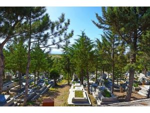 Mezarlıklarda Bahar Temizliği Başladı