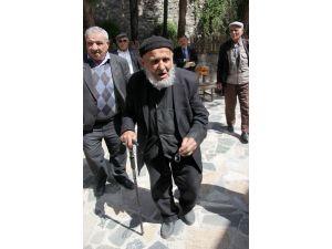 110 yaşındaki Hasan dede genç kalmanın sırlarını anlattı
