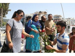 Marmaris'te Peygamber Aşkına 3 Bin Gül Dağıtıldı