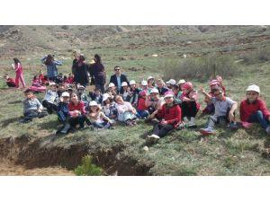 Fevzipaşa İlkokulu Öğrencileri Fidan Dikti