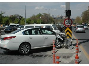 Başkent'te Otomobil Direğe Çarptı: 1 Yaralı