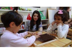 Özel Çocuklara Arkadaşları Öğretmenlik Yapıyor